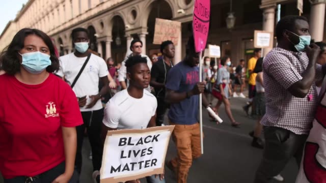 "vidéos et rushes de general view of men with a banner reading ""black lives matter"" and raised fist during a protest against racism by the black lives matter movement on... - poing levé"