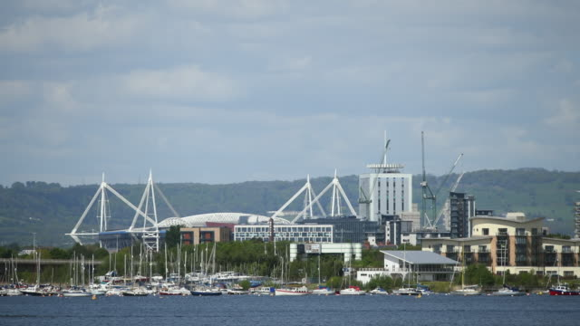 general view of of the principality stadium, formerly the millennium stadium, seen from cardiff bay, wales, uk, on a warm summer day. - typisch walisisch stock-videos und b-roll-filmmaterial