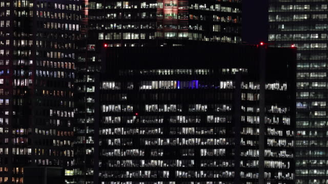 general view of offices at night in the canary wharf financial district at on october 27, 2016 in london, england. - ナイトイン点の映像素材/bロール