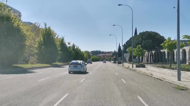 vídeos y material grabado en eventos de stock de general view of paseo de la castellana from a vehicle with very little vehicle traffic on april 12, 2020 in madrid, spain. more than 15,000 people... - enfermedad contagiosa