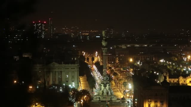 general view of passeig de colom boulevard, colom's monument, christopher colombus at night empty of vehicles during the coronavirus pandemic on... - クリストファー コロンブス点の映像素材/bロール