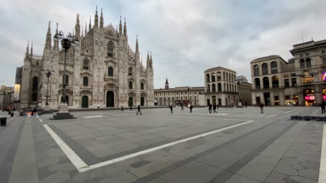 vídeos de stock e filmes b-roll de general view of piazza duomo on march 12, 2020 in milan, italy. the italian government has strengthened up its quarantine rules, shutting all... - itália