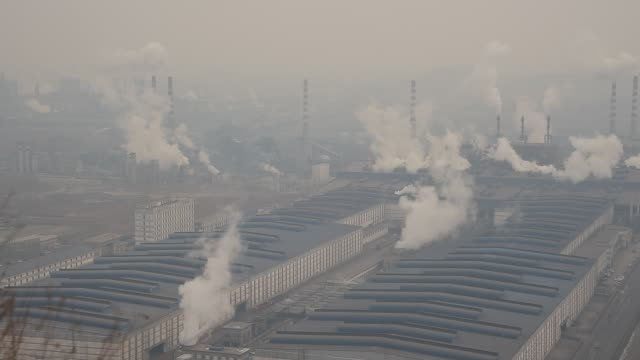 vídeos y material grabado en eventos de stock de a general view of qian'an steelworks on january 20 2016 in tangshan china beijing is surrounded by steelworks in hebei province and most of them make... - fundición de acero
