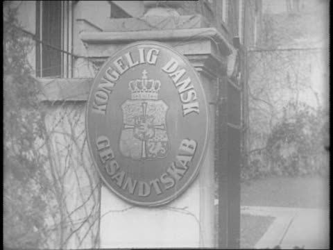 vídeos y material grabado en eventos de stock de general view of royal danish legation building exterior / close shot of sign on building 'kongelig dansk gesandtskab' / long shot of denmark's... - paramount building