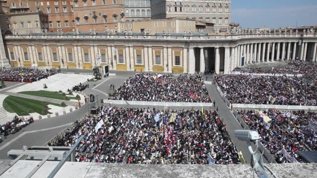 stockvideo's en b-roll-footage met a general view of saint peter square during palm sunday mass held by pope benedict xvi on april 17 2011 in vatican city vatican - sint pietersplein