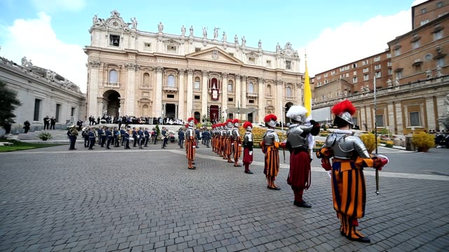 a general view of st peter's square during easter mass urbi et orbi blessing in vatican on april 8 2012 atmosphere a general view of st peter's... - petersplatz stock-videos und b-roll-filmmaterial