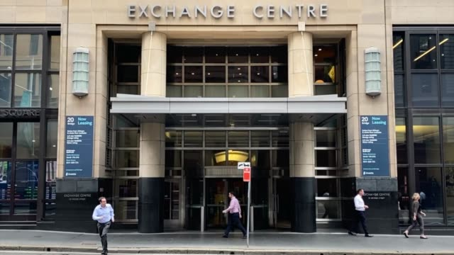 general view of the australian securities exchange. the reserve bank is expected to cut interest rates today as the federal government works on plans... - 金利点の映像素材/bロール