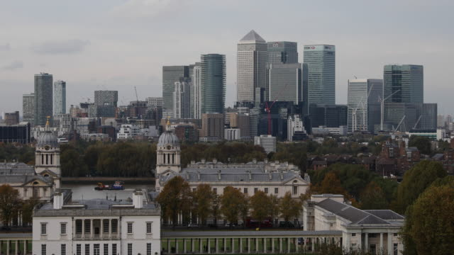 general view of the canary wharf financial district from greenwich park on october 27 2016 in london england - royal navy college greenwich stock videos & royalty-free footage