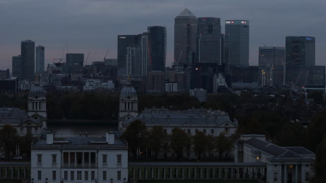 general view of the canary wharf financial district from greenwich park at night on october 27 2016 in london england - royal navy college greenwich stock videos & royalty-free footage