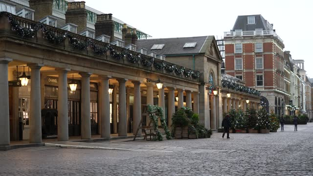 general view of the covent garden christmas tree in covent garden on november 11, 2020 in london, england. - glittering stock videos & royalty-free footage
