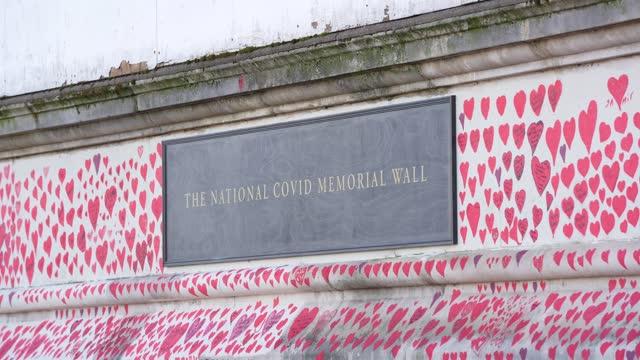 stockvideo's en b-roll-footage met general view of the covid-19 memorial wall outside st thomas' hospital on april 6, 2021 in london, england. bereaved family members and teams of... - gedenkteken