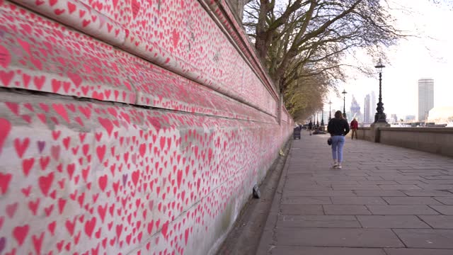 general view of the covid-19 memorial wall outside st thomas' hospital on april 6, 2021 in london, england. bereaved family members and teams of... - memorial stock videos & royalty-free footage