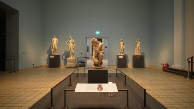 general view of the crouching venus in room 23 at british museum on august 25, 2020 in london, england. grayson perry unveils unseen edition of tomb... - british museum stock videos & royalty-free footage