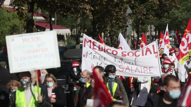 general view of the crowd of demonstrators during a day of mobilization and national strike in the health, medico-social and social sectors to ask... - rettungsdienst mitarbeiter stock-videos und b-roll-filmmaterial