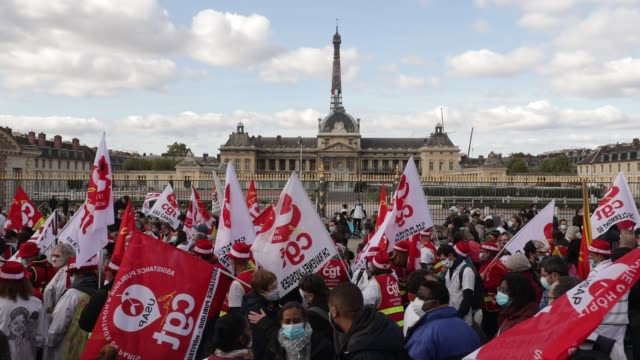 general view of the crowd of demonstrators, the eiffel tower in the background during a day of mobilization and national strike in the health,... - rettungsdienst mitarbeiter stock-videos und b-roll-filmmaterial