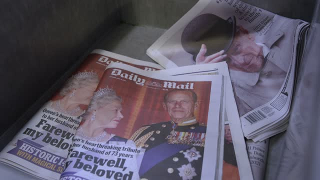 general view of the daily mail first edition reporting the death of his royal highness prince philip, duke of edinburgh on april 09, 2021 in london,... - デイリーメール点の映像素材/bロール