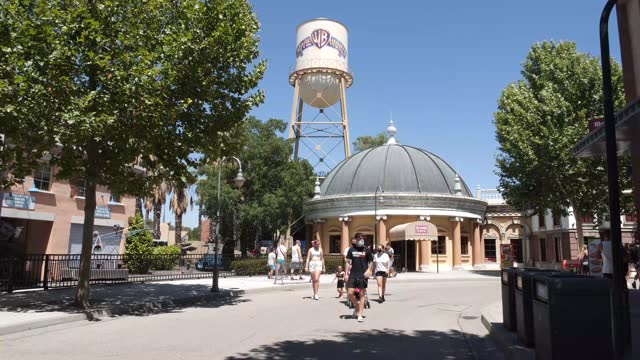 ESP: Warner Bros Park Madrid Is Open In Summer