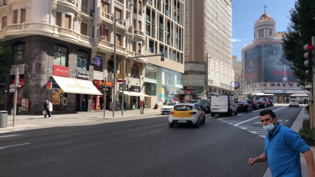 general view of the gran via street on september 29, 2020 in madrid, spain. the iconic street of gran via, the busiest in spain and the third in... - マドリード グランヴィア通り点の映像素材/bロール