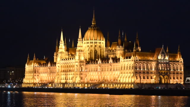 vídeos y material grabado en eventos de stock de general view of the hungarian parliament building on the river danube at night on october 20, 2019 in budapest, hungary. - cultura húngara