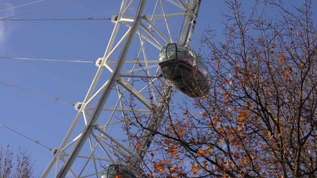 general view of the london eye on the eve of london moving into tier 3 as the government tries to control the covid pandemic on august 12, 2020 in... - ランベス点の映像素材/bロール