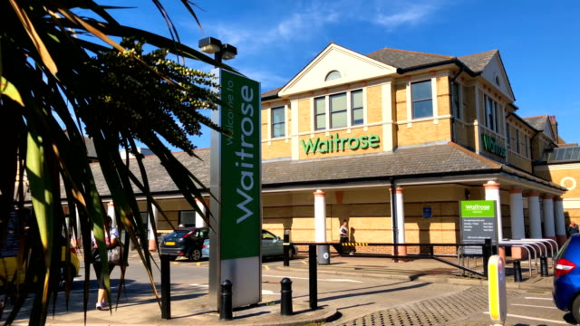 vídeos de stock e filmes b-roll de general view of the north finchley branch of the supermarket chain waitrose and partners on september 13, 2018 in london, england. the john lewis... - cadeia de lojas