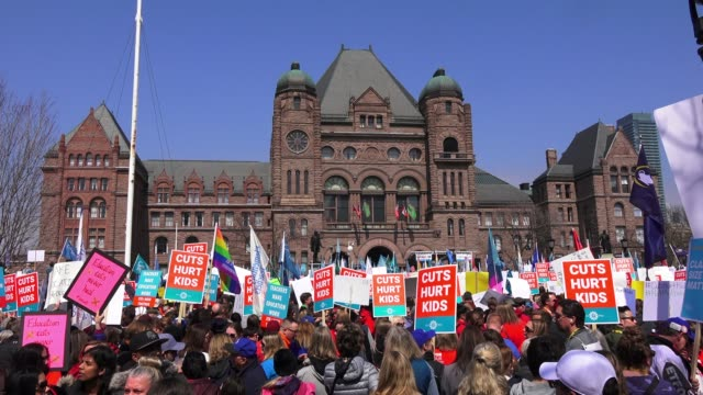 vídeos y material grabado en eventos de stock de general view of the protest in queen's park. thousands gathered to protest the education cuts proposed by the ontario provincial conservative... - ontario canadá