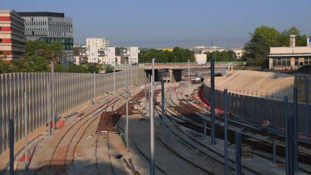 vídeos y material grabado en eventos de stock de general view of the rails on september 11, 2020 in nanterre, france. eole suburb train project extends line e for 55 kilometers west of paris, with... - eslabón