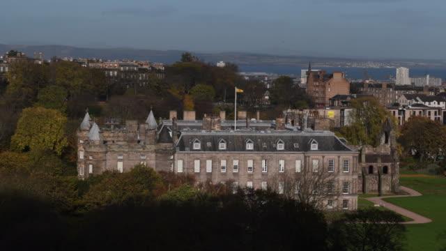 a general view of the scottish parliament on november 15 2016 in edinburgh scotland scotland's parliament sits at the foot of edinburgh's royal mile... - holyrood bildbanksvideor och videomaterial från bakom kulisserna