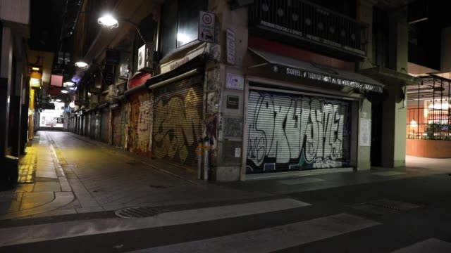 general view of the usually busy laneway on flinders lane and centre place on september 09, 2020 in melbourne, australia. melbourne residents are... - forbidden stock videos & royalty-free footage