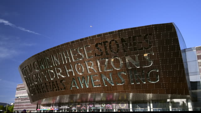 general view of the wales millennium centre at cardiff bay, wales, uk. - typisch walisisch stock-videos und b-roll-filmmaterial