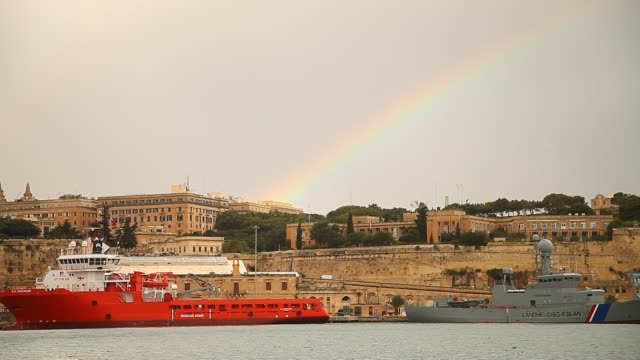 stockvideo's en b-roll-footage met general view of valletta with rainbow - valletta