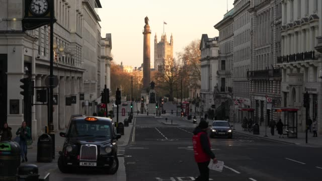 vidéos et rushes de march 23: general view of westminster from haymarket as the uk government tells the public to stay at home and avoid all non essential travel in a... - haymarket