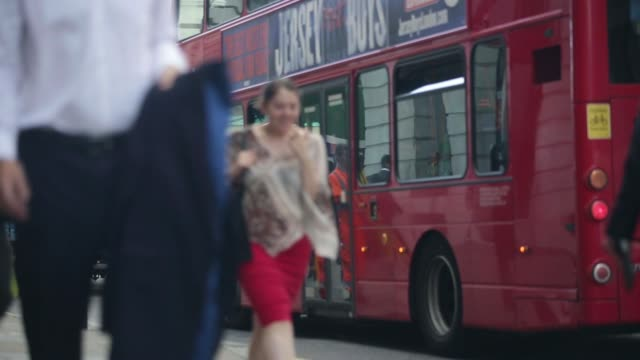vídeos de stock, filmes e b-roll de general view office workers exit moorgate london underground station pan to traffic waiting in road during the morning commute on a sunny summer day... - produto interno bruto