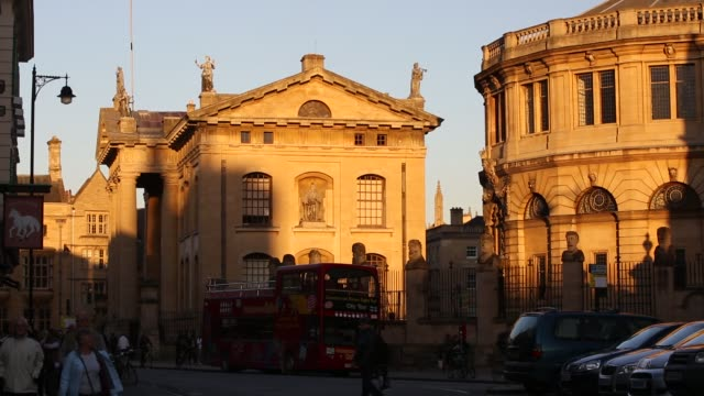 general views as the sun goes down on the sheldonian theatre and the clarendon building in oxford, uk. - オックスフォードシャー点の映像素材/bロール