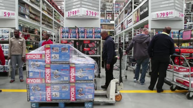 vídeos de stock, filmes e b-roll de general views employees restock shelves inside a makro cash and carry store operated by massmart holdings ltd in alberton south africa on wednesday... - produto interno bruto
