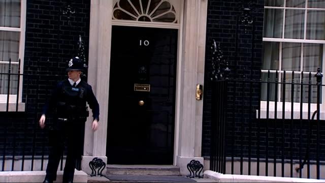 vídeos de stock e filmes b-roll de general views houses of parliament / number 10 downing street; whitehall: downing street general views number ten downing street, police officer on... - vista geral