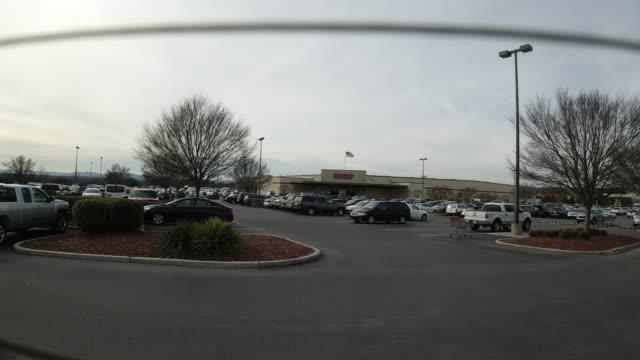 vídeos de stock e filmes b-roll de general views of a parking lots in front of shopping centre - cadeia de lojas