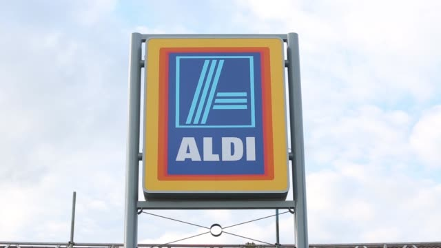 vídeos y material grabado en eventos de stock de general views of aldi discount supermarkets in chelmsford and harlow. gvs of aldi discount supermarket with logo, signage. various shots of consumers... - vista general