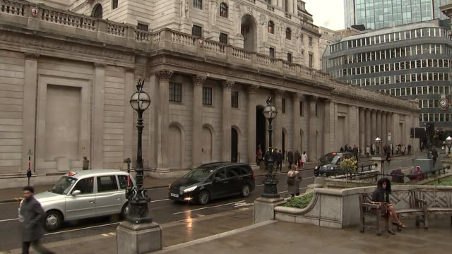 general views of bank of england england london the city of london ext general views of the bank of england / people along outside building - バンク オブ イングランド点の映像素材/bロール