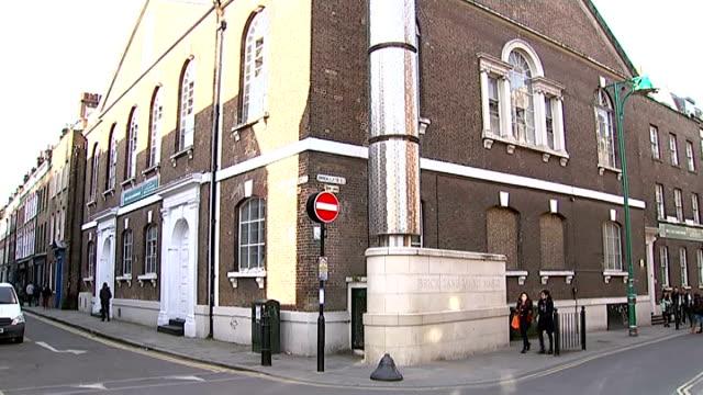 london brick lane ext entrance to brick lane / people along street / crescent moon symbol / muslim woman wearing niqab along / people along / shops... - religiöse kleidung stock-videos und b-roll-filmmaterial