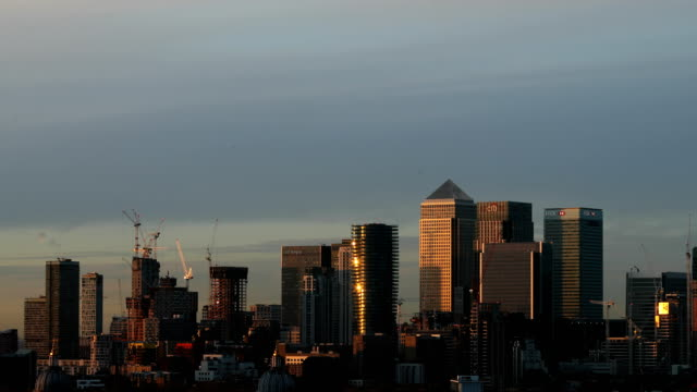 vídeos de stock e filmes b-roll de general views of canary wharf - hsbc towers