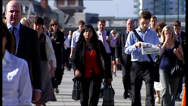 general views of city of london bridges buildings and commuters gv people / commuters walking back and forth across london bridge side views people... - marciapiede video stock e b–roll