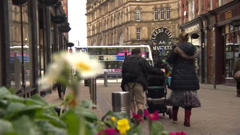 vídeos y material grabado en eventos de stock de general views of city streets in leeds, october 2018. - leeds