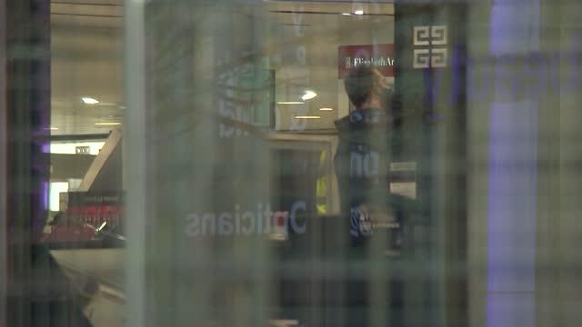 general views of closed debenhams store on oxford street; england: london: oxford street: ext sign 'debenhams' pull out to general view of closed... - high street stock-videos und b-roll-filmmaterial