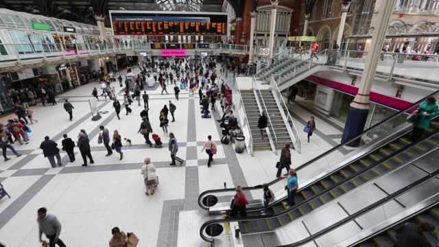 stockvideo's en b-roll-footage met general views of commuters in liverpool street station, london, uk. - treinstation