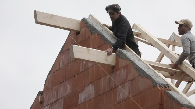 vidéos et rushes de general views of construction workers building a rooft at a house on april 21, 2020 during lockdown in chambery, france. - charpente