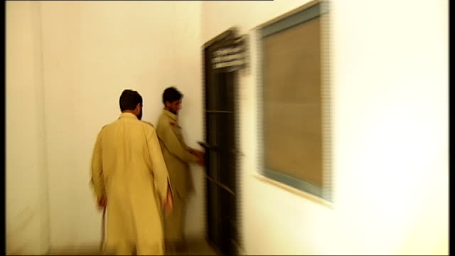 general views of daytoday life in islamabad rawalpindi and the afghan border area ext afghan prisoners marched to cell by armed pakistani guards... - comportamento animale video stock e b–roll