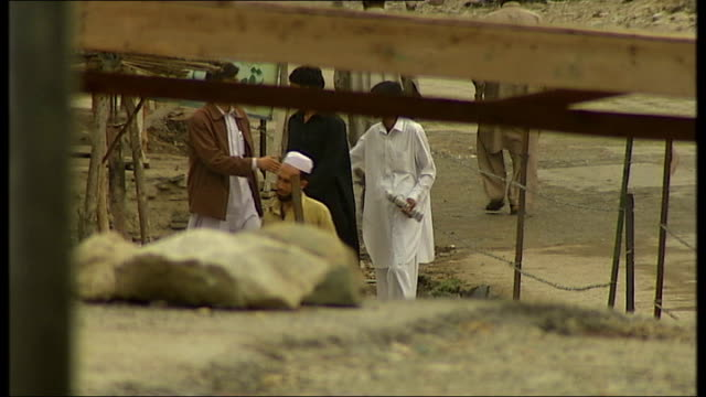 vidéos et rushes de general views of day-to-day life in islamabad, rawalpindi and the afghan border area; local men standing round talking / good shots of captured... - province du panjab