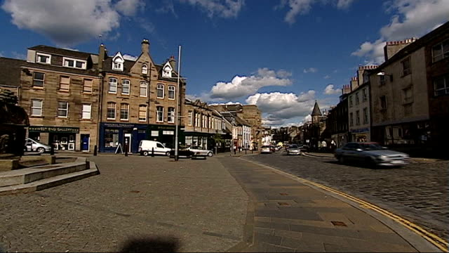 general views of edinburgh and linlithgow monument in town with traffic passing / traffic along street / monument - linlithgow stock videos and b-roll footage