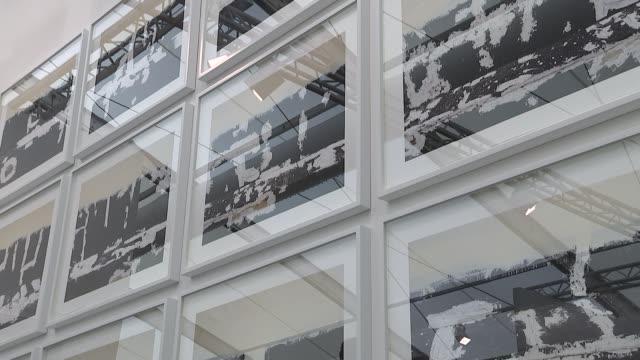 vídeos y material grabado en eventos de stock de general views of frieze art fair 2016 england london frieze art fair int general views of artworks and people along through exhibition rooms - entabladura